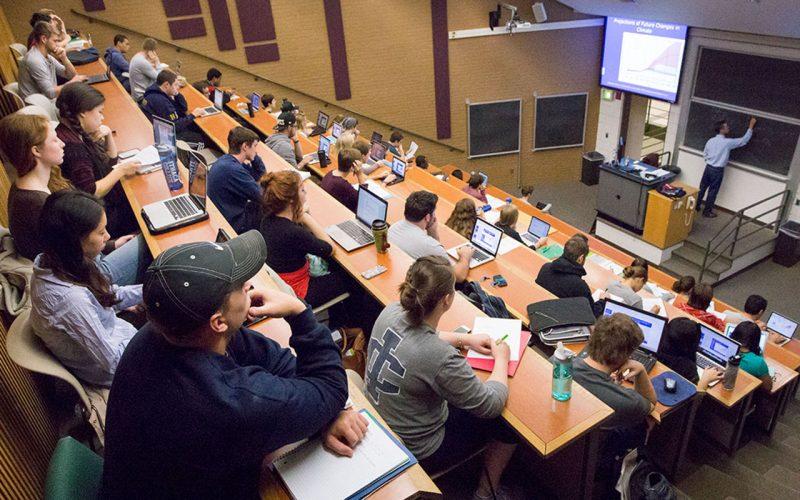 En typisk föreläsningssal på college, allt från 20 till 100 studenter.