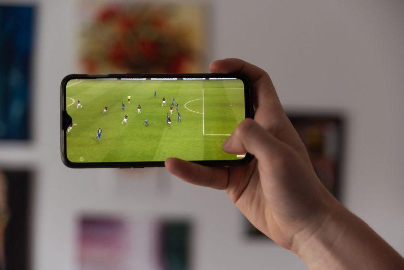 Fotbollssmatch spelas up på en mobil