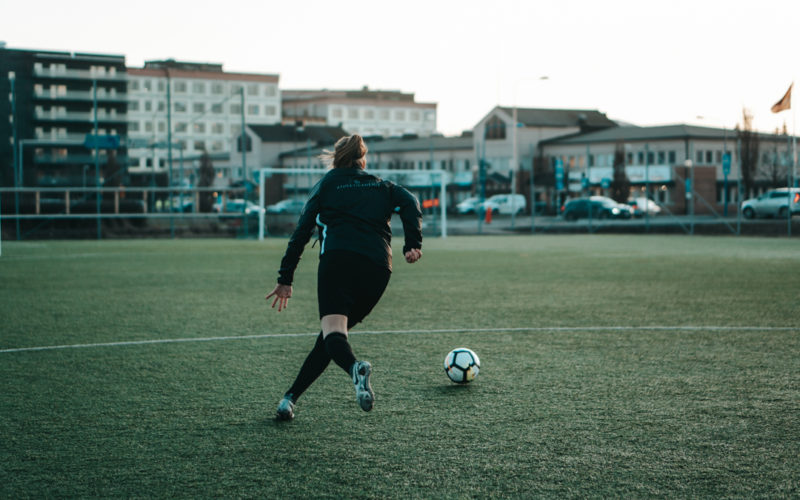 Damfotbollsspelare på jagar efter boll ,Hur får man ett fotbollsstipendium på college i USA