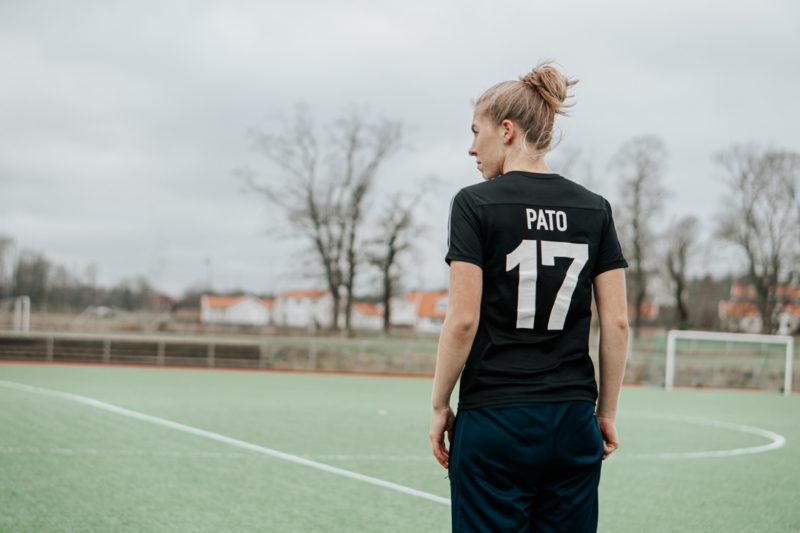 damfotbollsspelare kollar ut över fotbollsplan