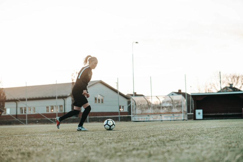 fotbollsspelare dribblar på plan, highlights video